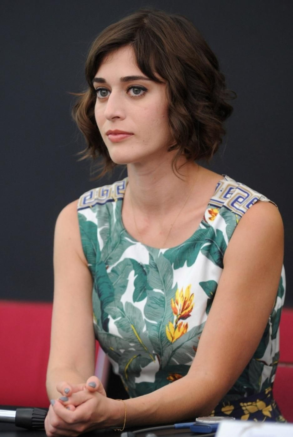 Lizzy Caplan New Hairstyle 2020 Pictures